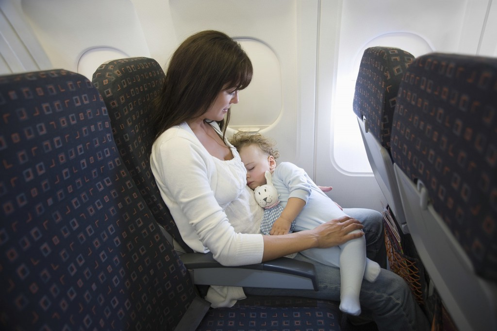 niño durmiendo avion